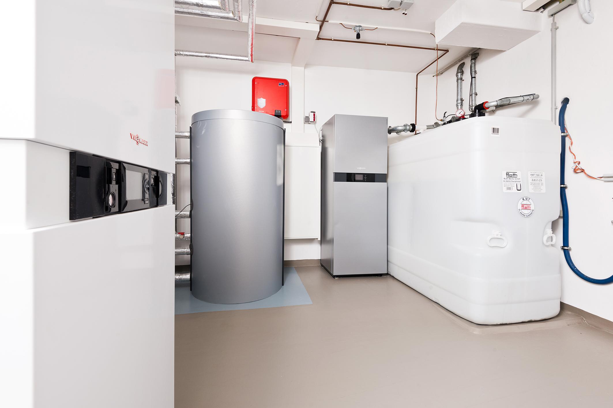 Blick in den Heizungskeller: Hybridgerät, Warmwasserspeicher, Stromspeicher, Heizöltank